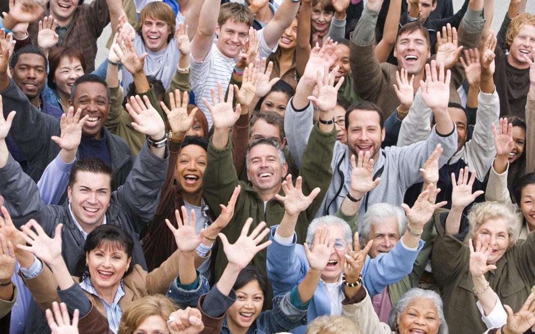 Groupe de personnes joyeuses levant les bras